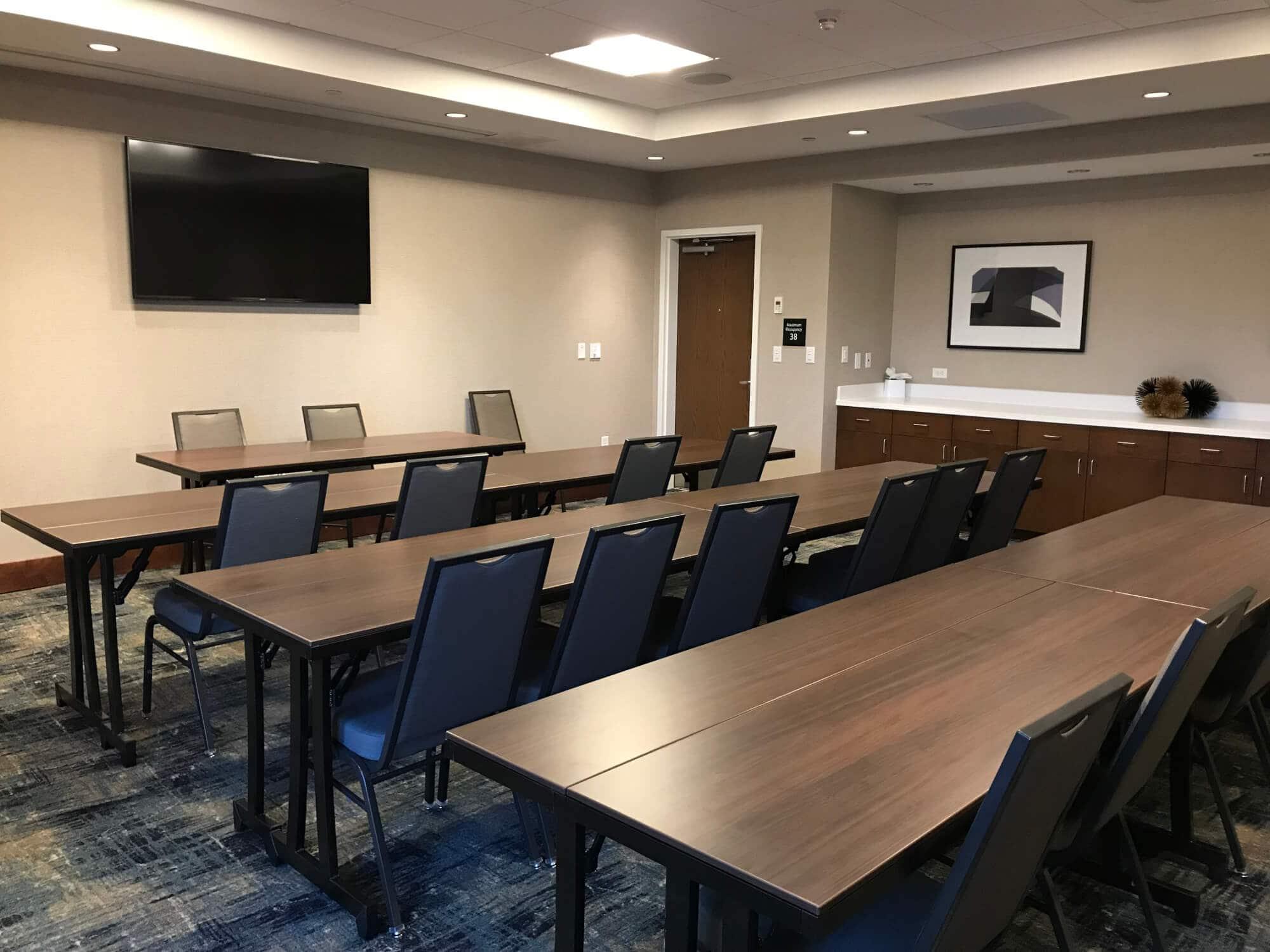 Sala de reuniões de hotel com mesas e cadeiras